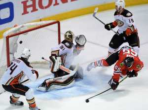 DUCKS_BLACKHAWKS_HOCKEY_35013088
